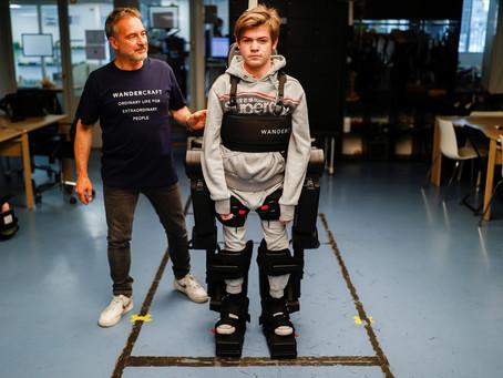 Pai constrói um exoesqueleto para ajudar filho em cadeira de rodas a andar