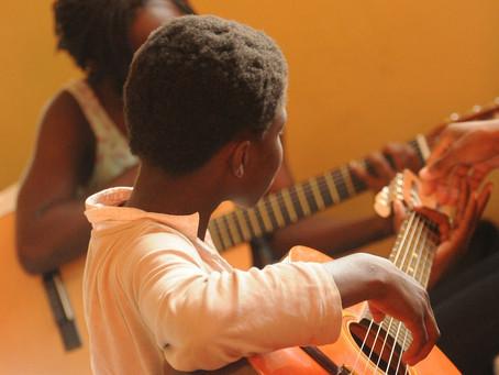 Música ajuda a curar dor de crianças refugiadas em Pacaraima