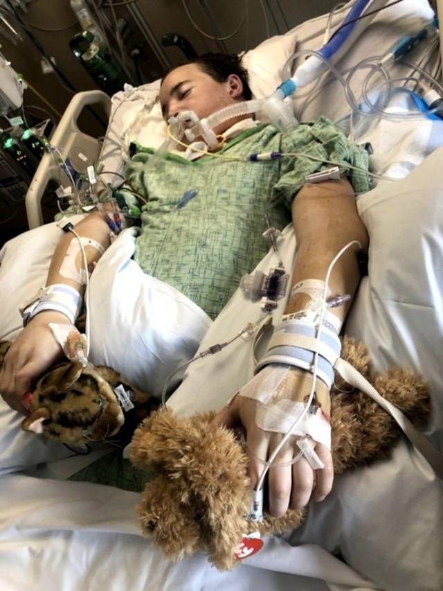 Antes do transplante, Ament foi mantido vivo graças a uma máquina de oxigenação por membrana extracorpórea, que atua como coração e pulmões artificiais, oxigenando e circulando o sangue — Foto: Fight4Wellness via BBC