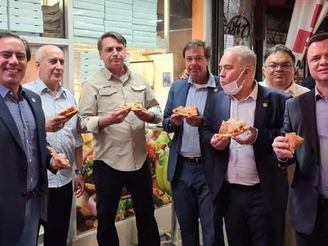 Impedido de entrar em restaurante por não ter comprovante de vacinação, Bolsonaro come na rua em NY