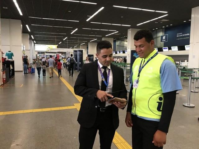Funcionário do aeroporto e aluno da APAE-DF — Foto: Divulgação