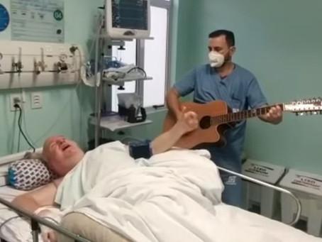 Médico e paciente paraplégico viralizam cantando música de Raul Seixas em UTI de SC