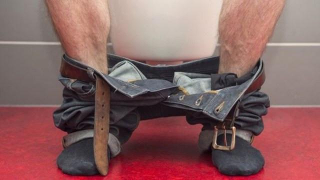 A posição sentada proporciona um perfil urodinâmico mais favorável para homens com sintomas de problemas no trato urinário  — Foto: Getty Images via BBC