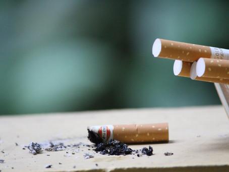 Cigarros continuam poluindo o ar mesmo depois de apagados