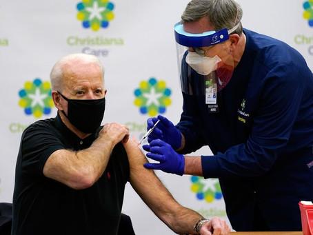 Biden toma 2ª dose da vacina contra a Covid-19