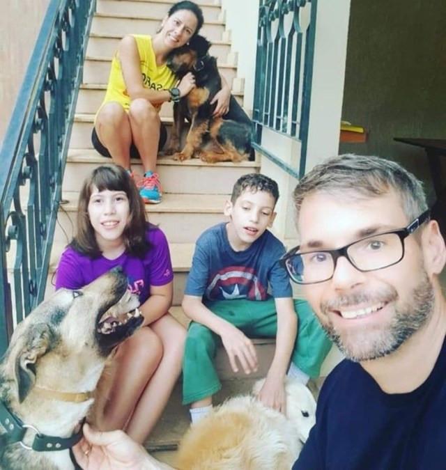 Pais e filhos são apaixonados por animais e vivem junto com cinco cachorros — Foto: BBC/Arquivo pessoal