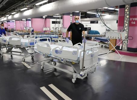 Hospital de Israel saturado pela Covid-19 instala leitos no estacionamento