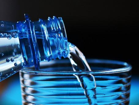 Estudo conclui que pessoas que bebem mais água são mais felizes
