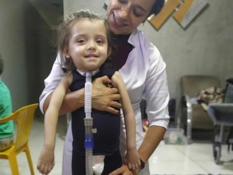 Família pede ajuda para cirurgia de mielite transversa em criança