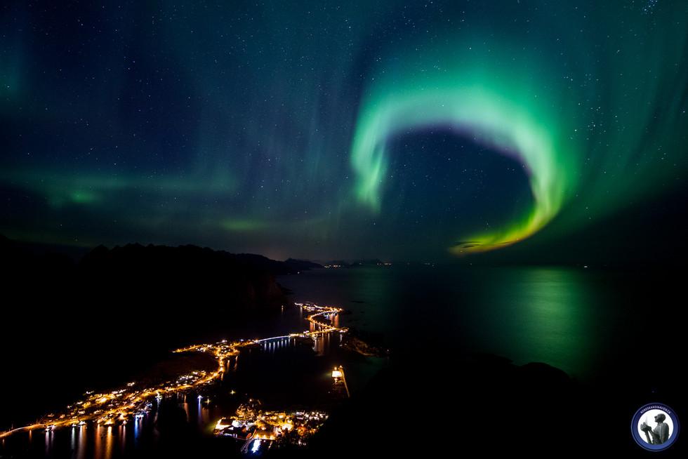 Mächtige Aurora borealis über dem Reinefjord