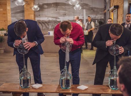 Soutěž o prsten s diamanty za 70 tisíc korun i tahání vína koštýřem. Takový byl Vinařský ples