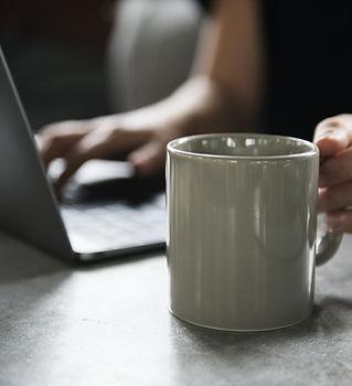 Getränkebecher und ein Laptop