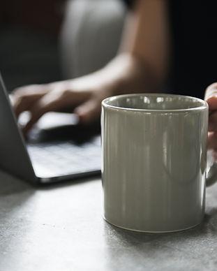 Tazza per bevande e un computer portatil