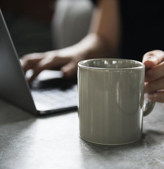 İçecek Kupa ve bir Laptop