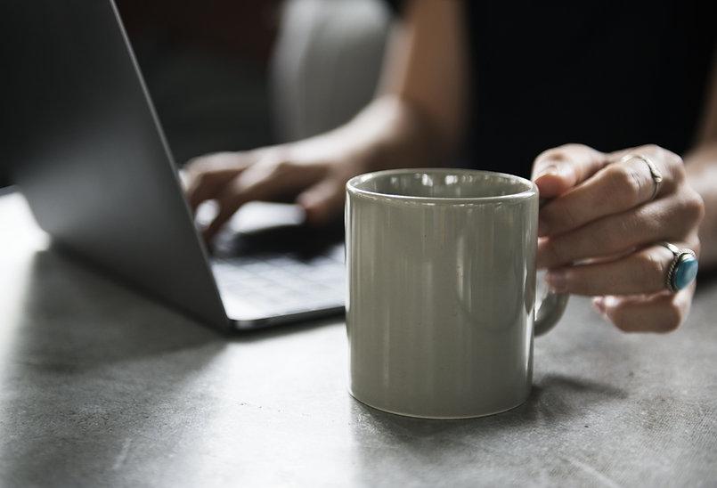 Кружка для напитков и ноутбук
