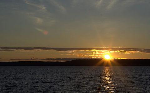 Sunrise_over_lake_kagawong.jpg