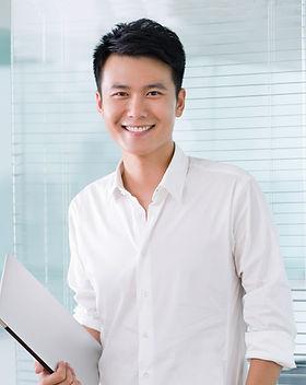 Sonriente joven empresario