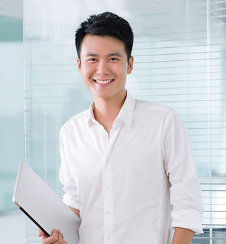 Smilende ung forretningsmann