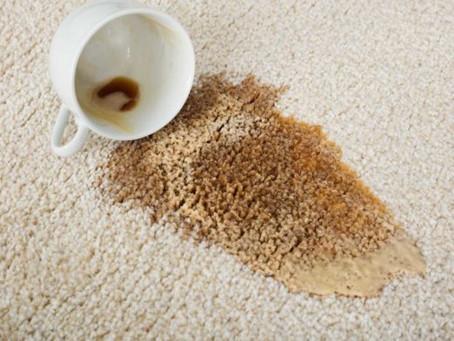 Como remover manchas de café de cadeiras de escritório. 4 dicas para reduzir danos.