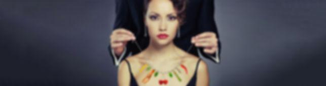 Donna con collana di cibo
