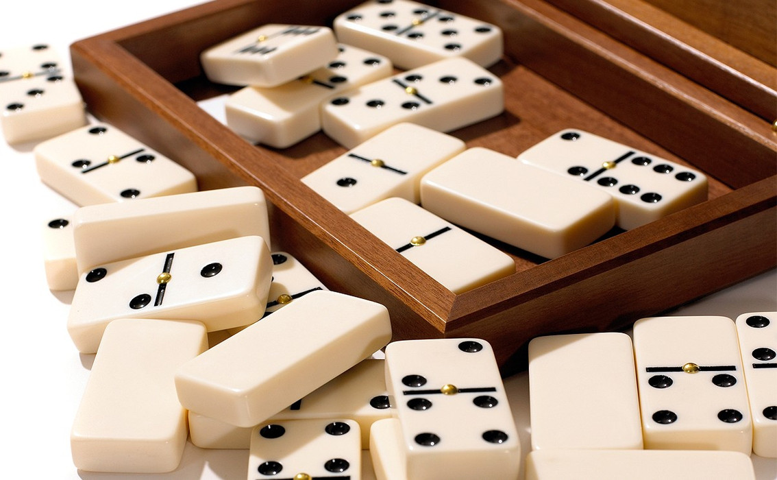 Dalnegro-dominoes-walnut_detail_02.jpg