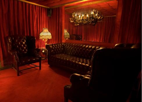 bar_deluxe_005_redroom.jpg