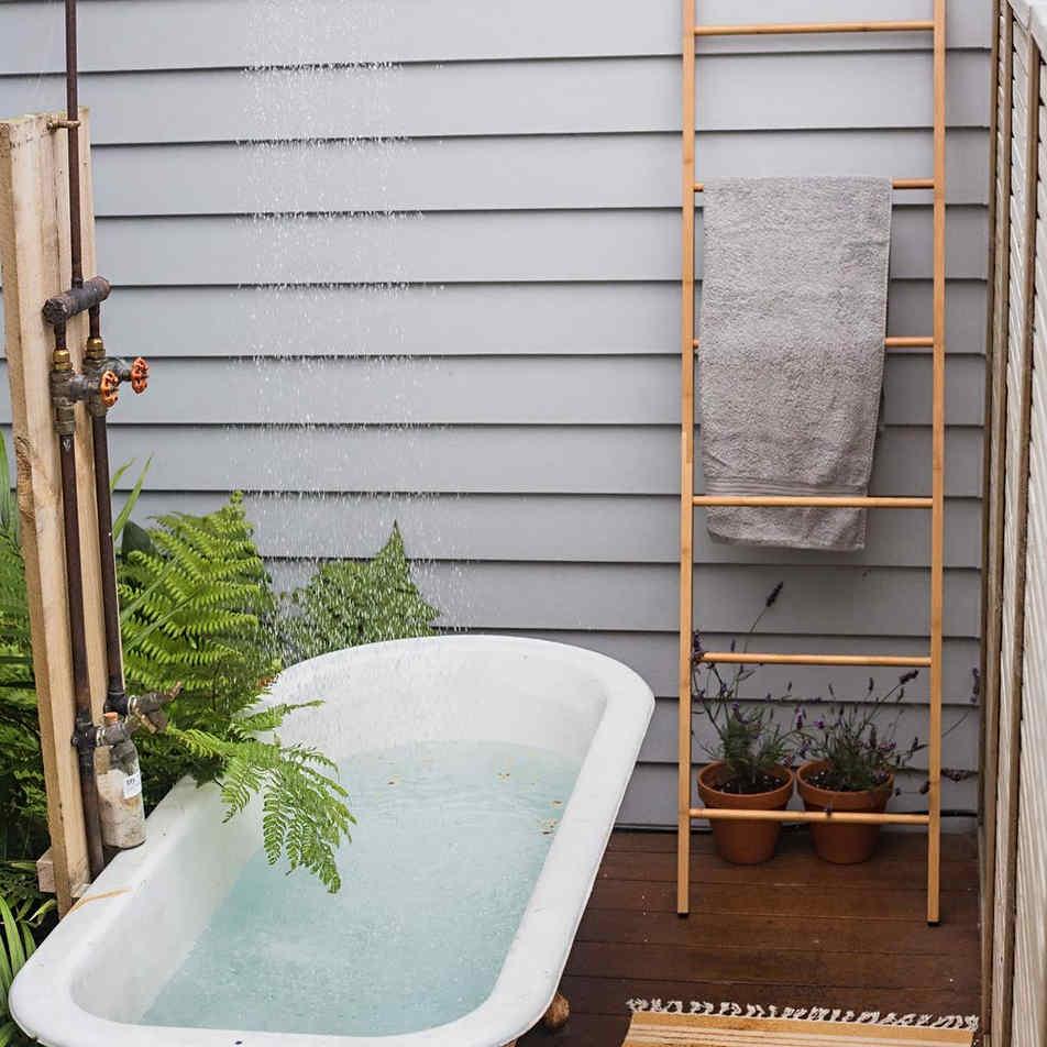 Outdoor bath and shower by Tim Scrimshaw at Coast Build, Gisborne, NZ