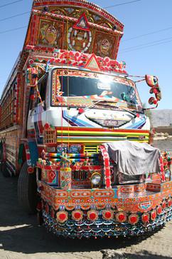 電動バイク世界一周カラフルにデコレーションされたパキスタンのトラック