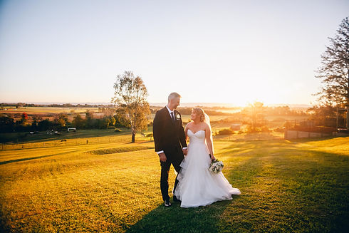 newly-wed-photo-during-sunset-3082794.jp