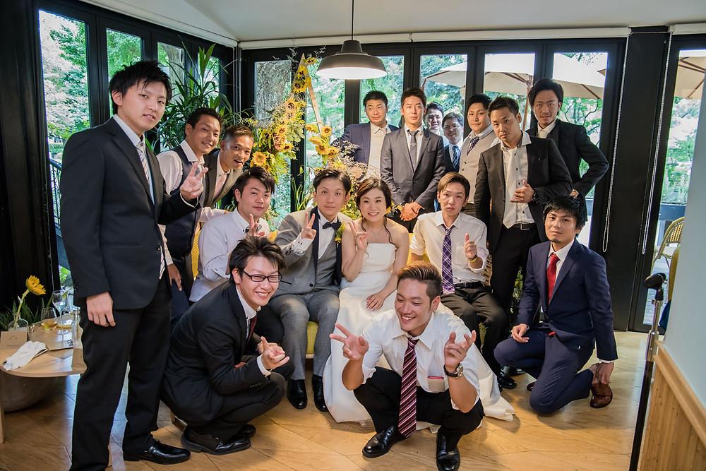 日比谷パレスで結婚式をした新郎新婦とゲストの記念写真