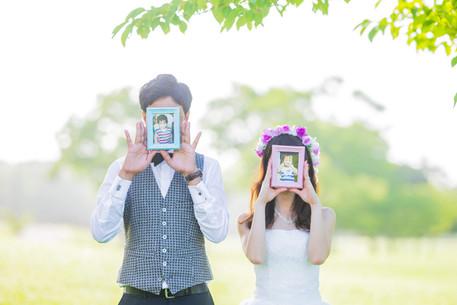 静岡県浜松市の公園で小さい頃の写真を使って撮影された結婚式前撮り写真