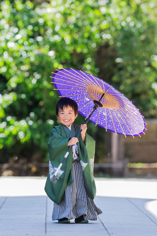 3歳男の子の和傘を使って撮影された七五三ロケーションフォト