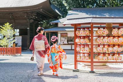 手を繋いで歩く7歳の女の子とお母さんを撮った七五三ロケーション撮影