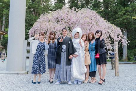 小國神社で挙式後に撮影された友人との記念写真