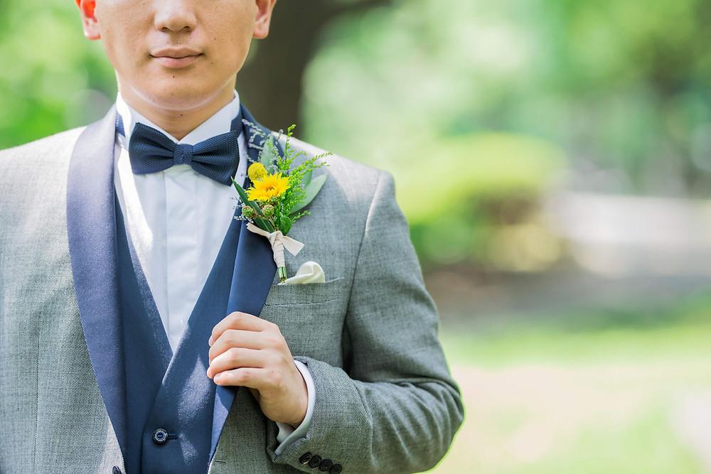 日比谷パレスで夏に結婚式を挙げた新郎のひまわりのブートニア写真