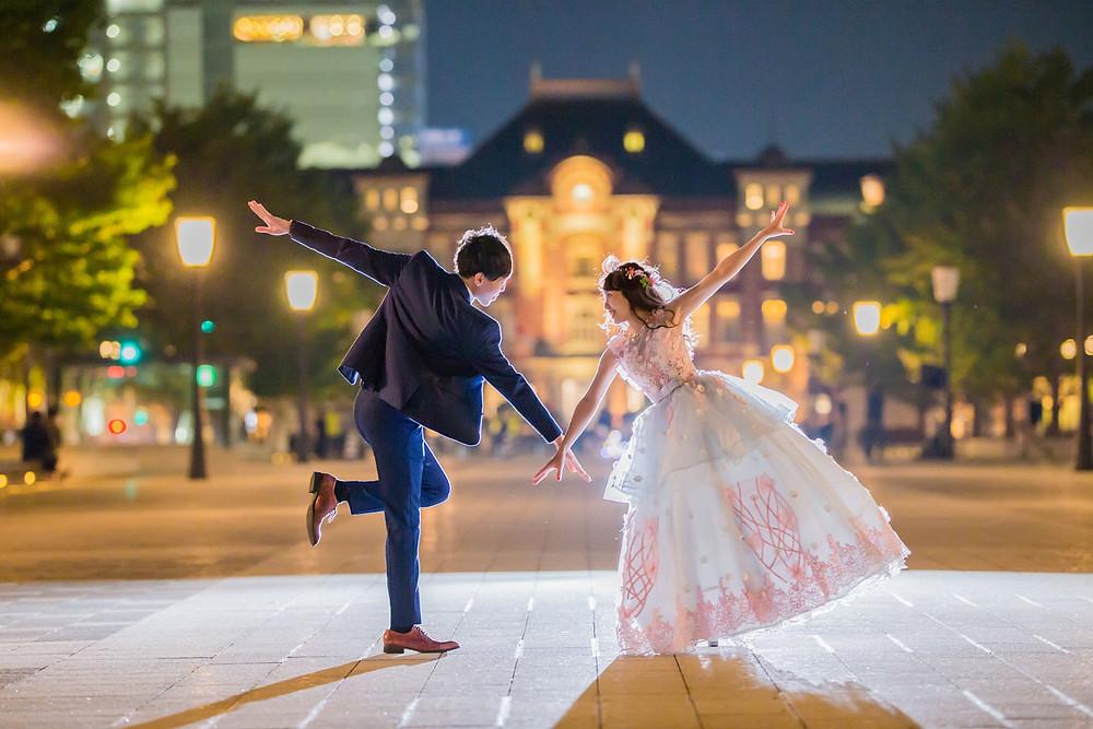 東京駅の駅舎前で映画ララランドのワンシーンを再現した結婚式前撮りロケーションフォト