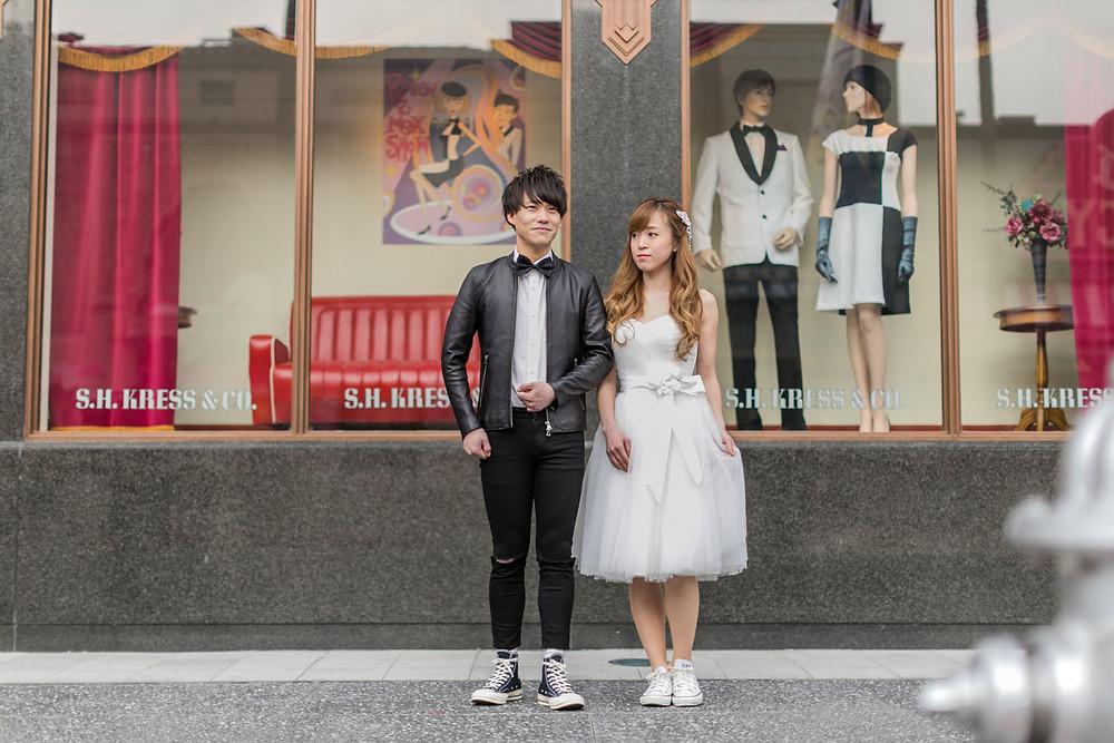 USJのハリウッドエリアでマネキンと同じポーズをした新郎新婦の結婚式前撮り