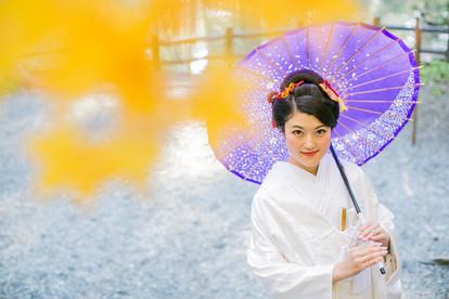 小國神社で紅葉時期に撮影をした結婚式前撮り写真