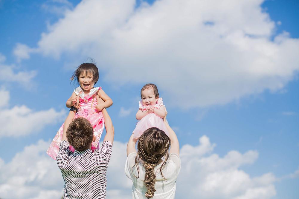 浜名湖ガーデンパークで高い高いをする家族を撮影したロケーションフォト