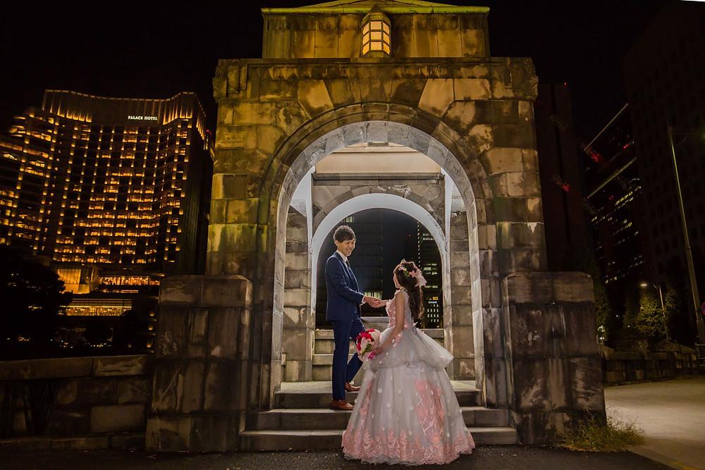東京駅でパレスホテルを入れて撮影をしたガゼボでの結婚式前撮り写真