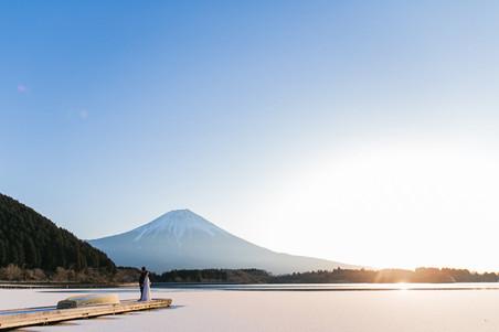 富士山の前で撮影した冬のロケーションフォト