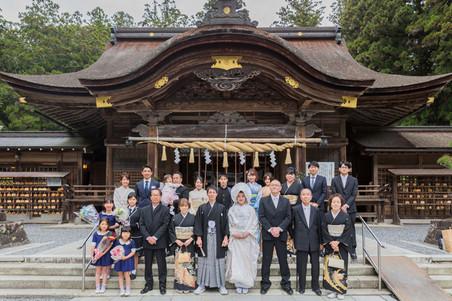 小國神社の結婚式後に撮影した集合写真