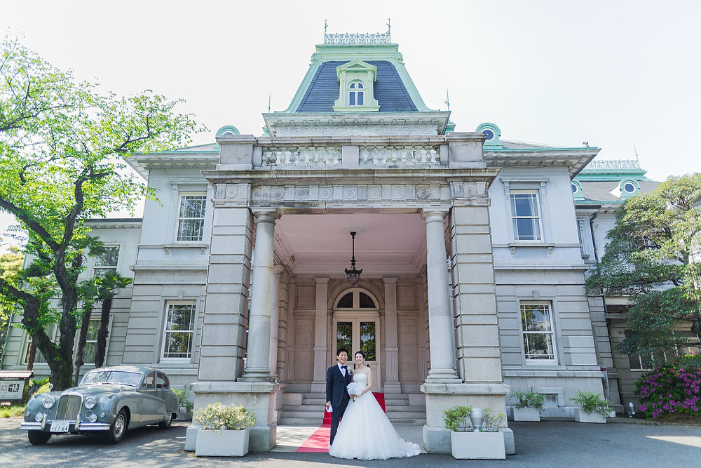 グランドプリンスホテル高輪の貴賓館前で撮影した結婚式前撮り写真