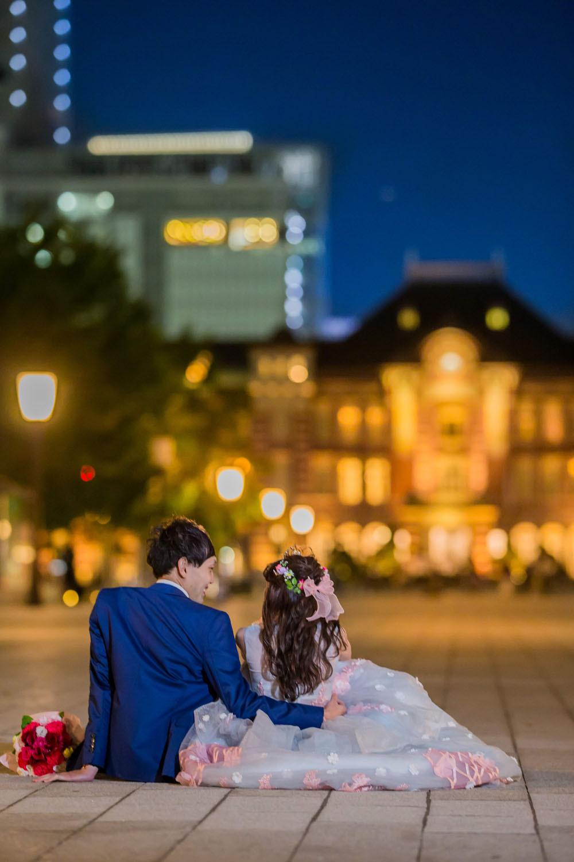 東京駅前の行幸通りで二人座って撮影した結婚式前撮り写真