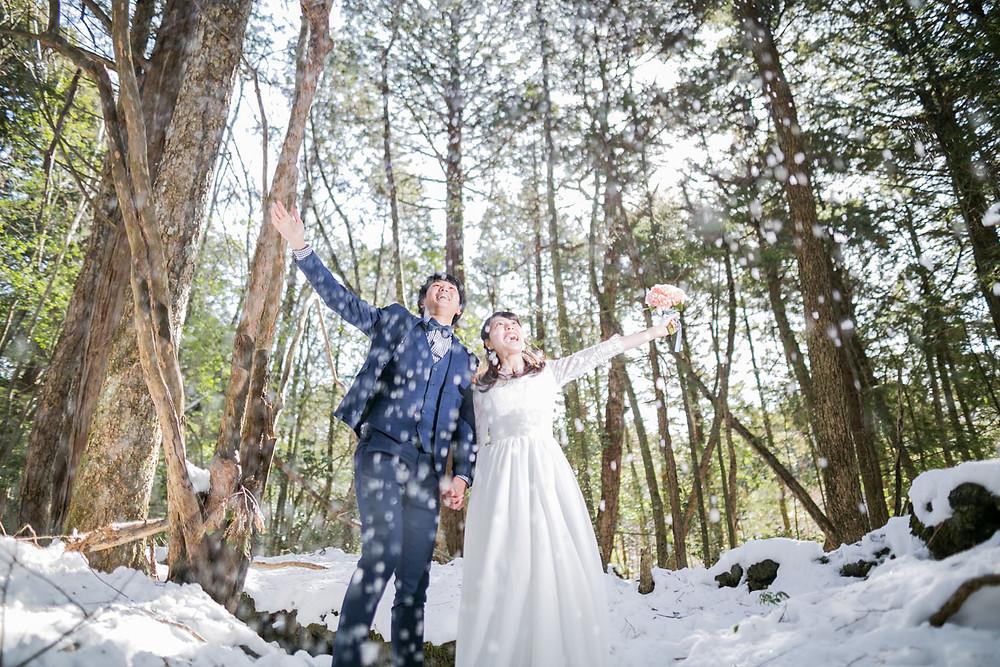 雪の中での結婚式前撮り写真