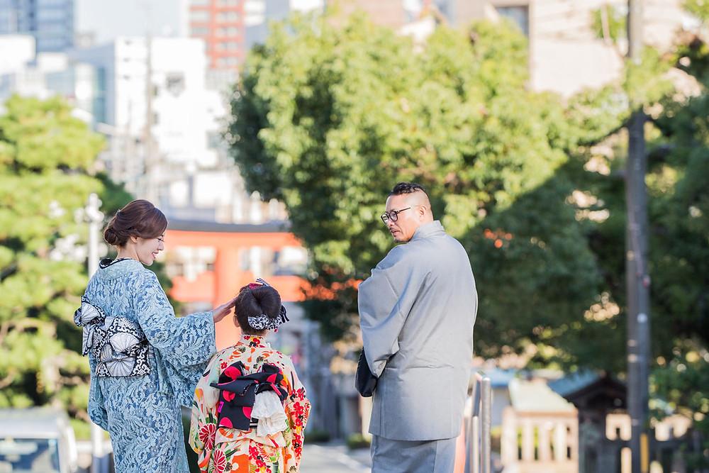 五社神社で七五三詣りをする家族の自然なロケーションフォト