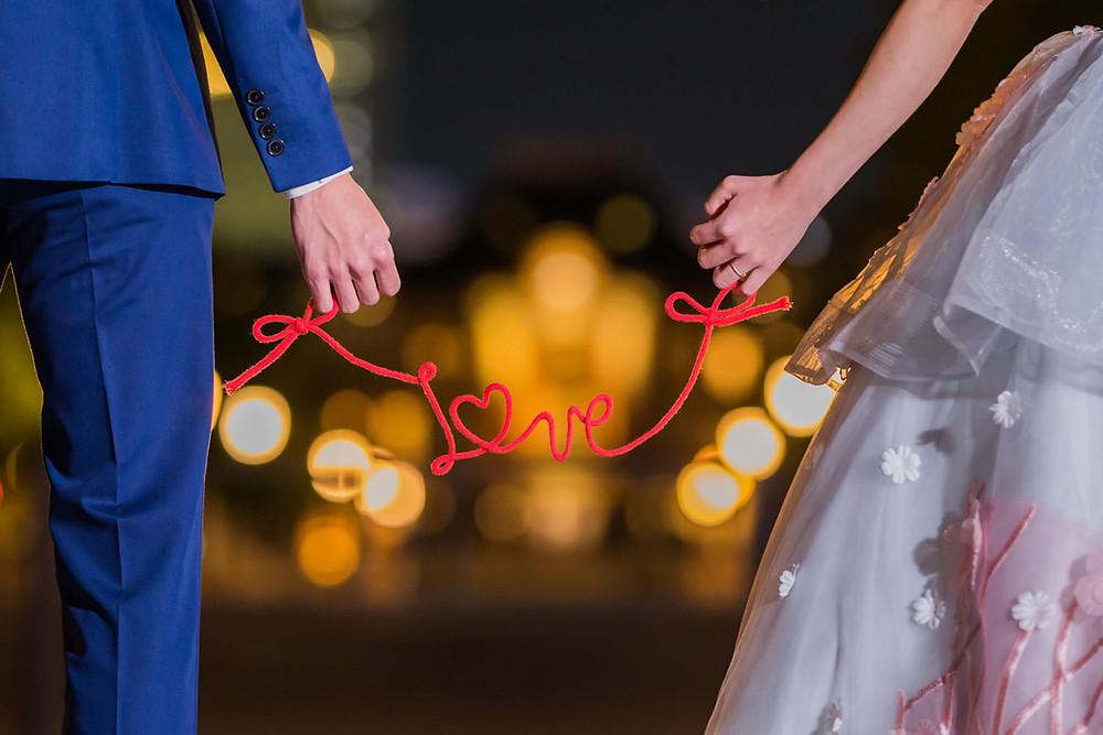 東京駅前でラブの文字の小物を使って撮影したロケーションフォト