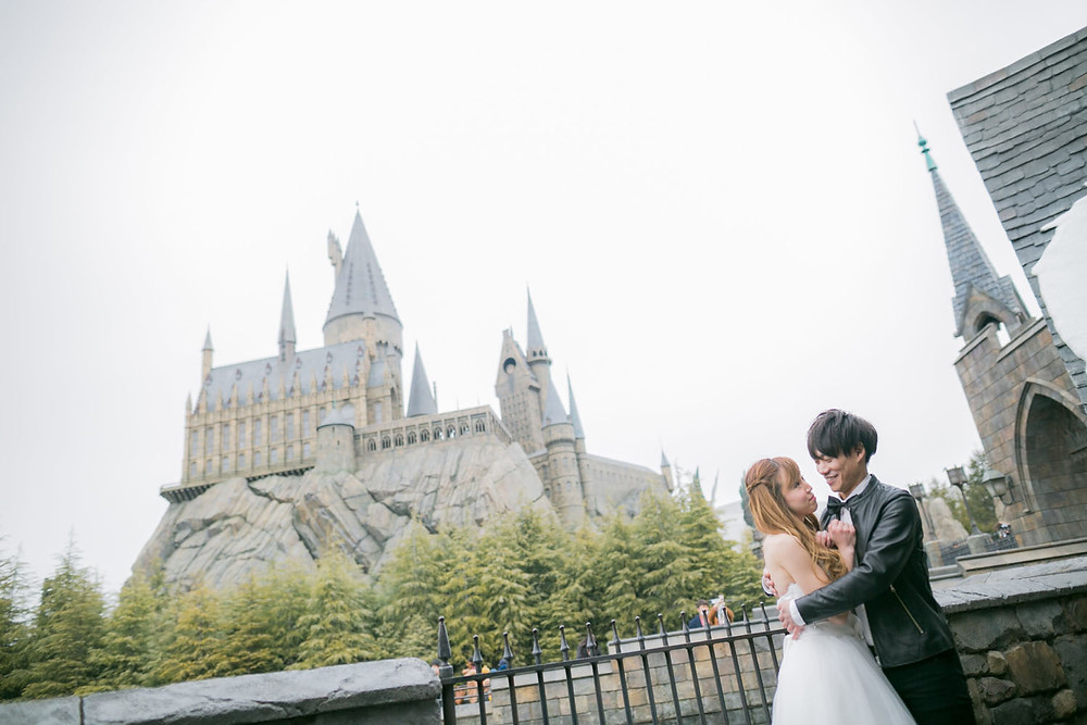 USJのハリーポッターエリアでホグワーツ城と一緒に撮影をした結婚式前撮り写真