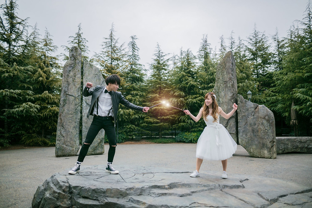 USJのハリーポッターエリアで戦うシーンを再現した結婚式前撮り写真