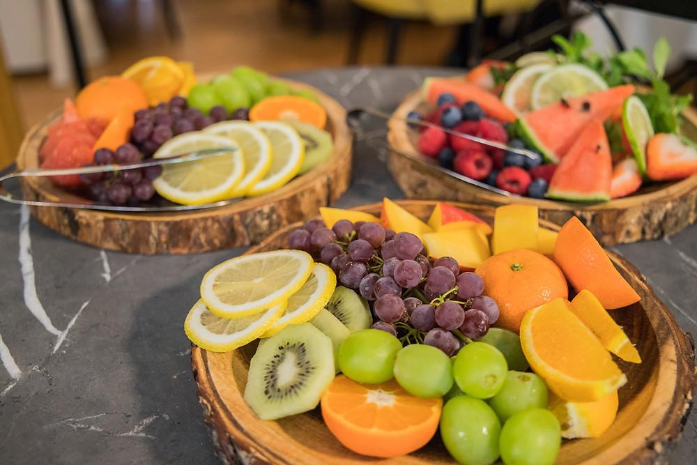 ウエディングケーキをデコレーションするための色とりどりのフルーツを撮影した写真